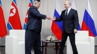 O longo aperto de mão entre o Presidente Vladimir Putin e o seu homólogo da Coreia do Norte, Kim Jong Un