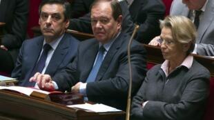 پارلمان فرانسه: میشل آلیو-ماری در کنار شریک زندگی اش پاتریک اولیه و نخست وزیر، فرانسوا فیون