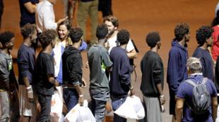 Des réfugiés du «Diciotti» lors de leur débarquement à Catane le 26 août 2018.