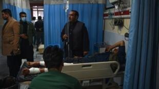 Mtu aliyejeruhiwa akifikishwa hospitali ya Wazir Akbar Khan baada ya mlipuko wa bomu lililotegwa katika gari Kabul Desemba 24, 2018.