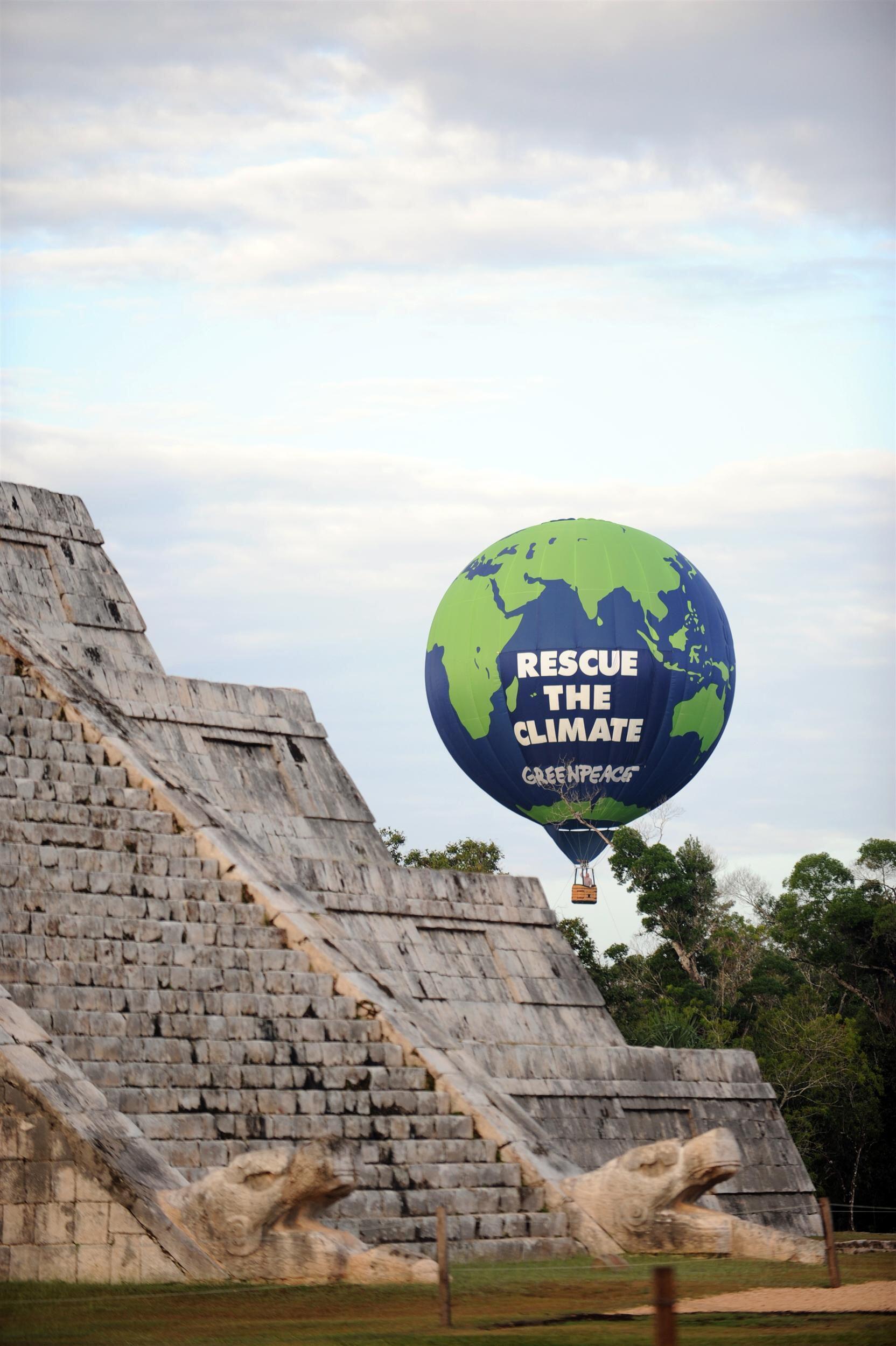 """Greenpeace protesta com um balão onde pode-se ler """"salvem o clima"""" às margens da cúpula sobre mudanças climáticas que começa nesta segunda-feira em Cancún."""