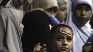 Mulheres ficam em grupos quando participam de protestos na praça Tahrir, no Cairo.