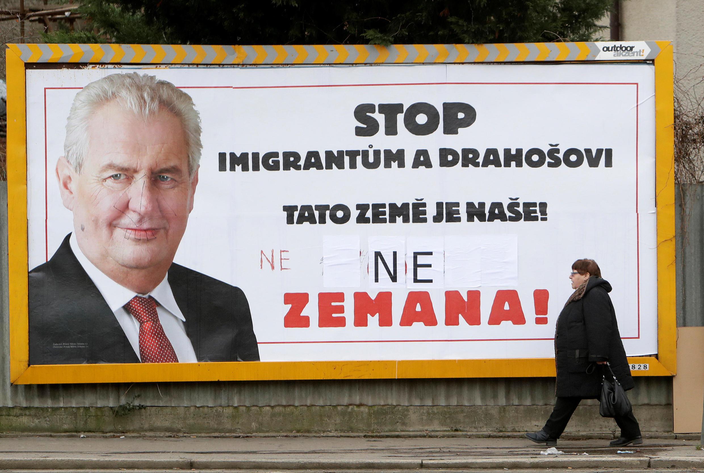 Une affiche de campagne du président sortant Milos Zeman, la veille du second tour de l'élection présidentielle, le 25 janvier 2018.