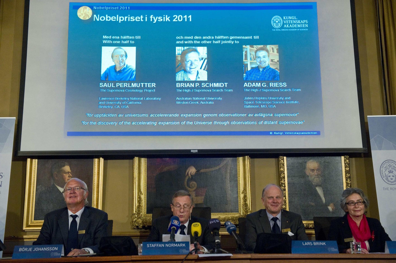 Ngày 4/10/2011, Ủy ban giải Nobel Vật Lý của Viện Hàn lâm Khoa học Hoàng gia Thụy Điển công bố giải Nobel vật lý  2011 thuộc về ba nhà vật lý thiên văn người Mỹ.