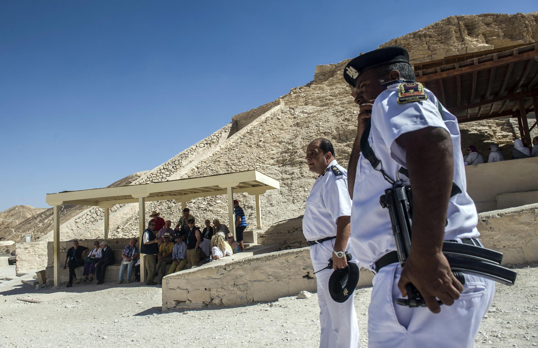 Des officiers égyptiens montent la garde dans la Vallée des rois, lieu touristique emblématique de Louxor, en Egypte, le 5 novembre 2015.