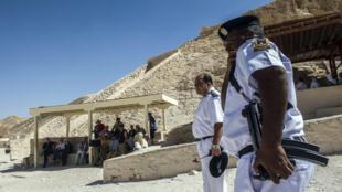 Oficiales egipcios en el Valle de los Reyes, en Luxor, Egipto, 5 de noviembre 2015.