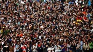 美国国会大厦西草坪等待教皇方济各在国会演讲后露面的民众2015年9月24日华盛顿