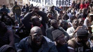 Des membres du mouvement de jeunesse Y en a marre manifestent contre la décision du Conseil contitutionnel qui a validé la candidature de Wade et rejeté celle de Youssou N'Dour, à Dakar, le  27 janvier 2012.