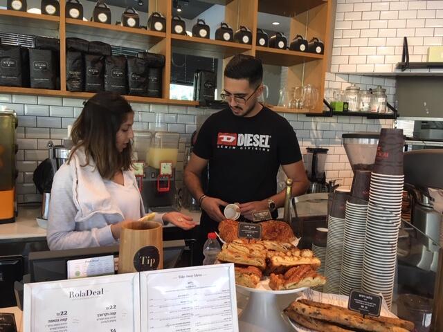 La boulangerie-cafeteria Roladin était l'un des rares commerces ouverts dans le centre d'Ashekelon ce dimanche 5 mai.