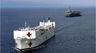 Một tàu y tế đi kèm tàu sân bay Hoa Kỳ ngoài khơi Indonesia