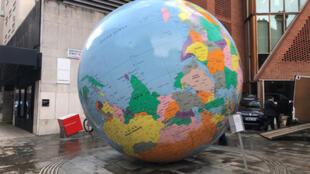 """倫敦政經學院展示公共藝術品""""反轉的世界"""",由透納獎得主、藝術家沃林格設計2019年3月26日"""