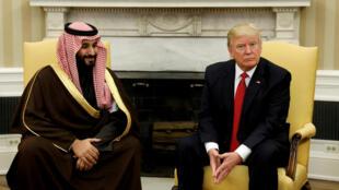 De g. à dr. : Le ministre de la Défense saoudien, Mohammed ben Salmane, et le président américain Donald Trump, lors d'une visite à Washington, le 14 mars 2017.