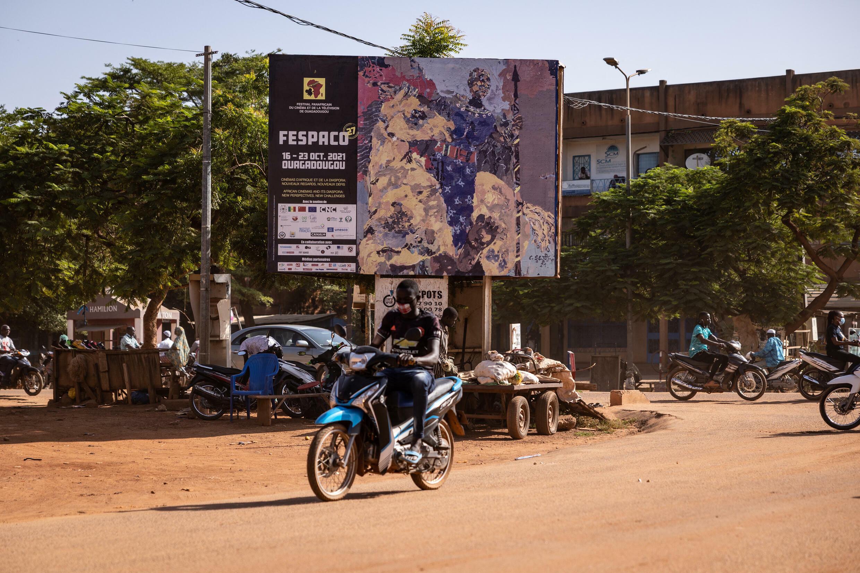 Un homme passe devant une affiche du 27e Festival panafricain du cinéma et de la télévision (FESPACO), à Ouagadougou, le 14 octobre 2021.  LYMPIA DE MAISMONT / AFP