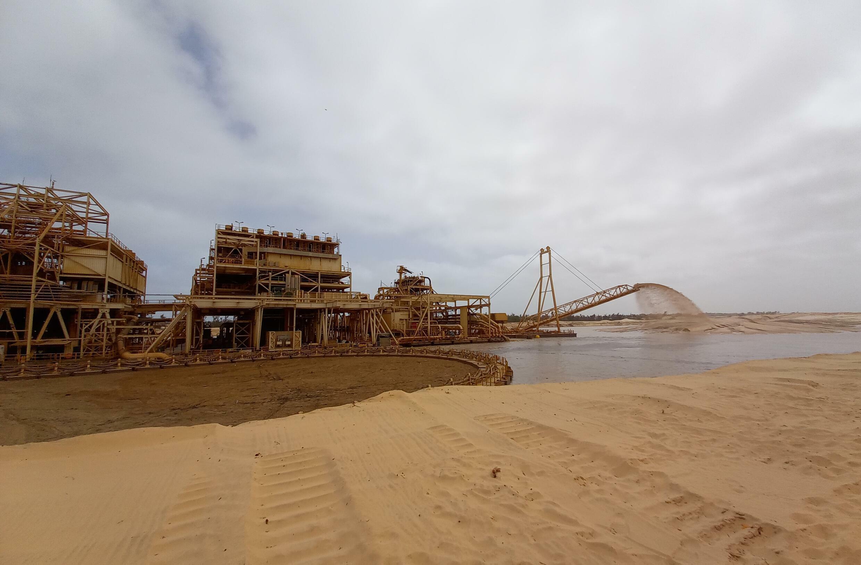 L'usine flottante de GCO à Diogo. 98,5% du sable est rejeté dans les dunes, selon l'entreprise
