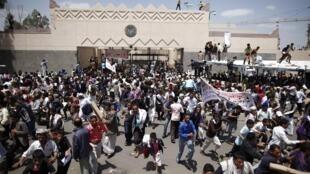 waandamanaji wakiandamana katika jiji la Sanaa, nchini Yemen polisi ililazimika kutumia nguvu bila mafaaniki wakati waandamanji walipo vamia ubalozi wa marekani