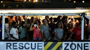 Des migrants secourus au large de la Libye par le navire humanitaire «Open Arms» de l'organisation humanitaire espagnole Proactiva Open Arms, ont débarqué à Lampedusa, le 20 août 2019.