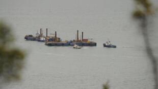 Des tests sismiques sont organisés dans le fleuve Saint-Laurent à Cacouna, en marge de la construction d'un port pétrolier pour la compagnie Transcanada, le 23 septembre 2014.