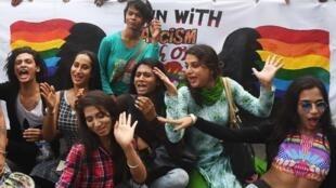 Simpatizantes y miembros de la comunidad LGBTcelebran en Calcutta, la decisión de la Corte Suprema de revocar la prohibición de relaciones homosexuales