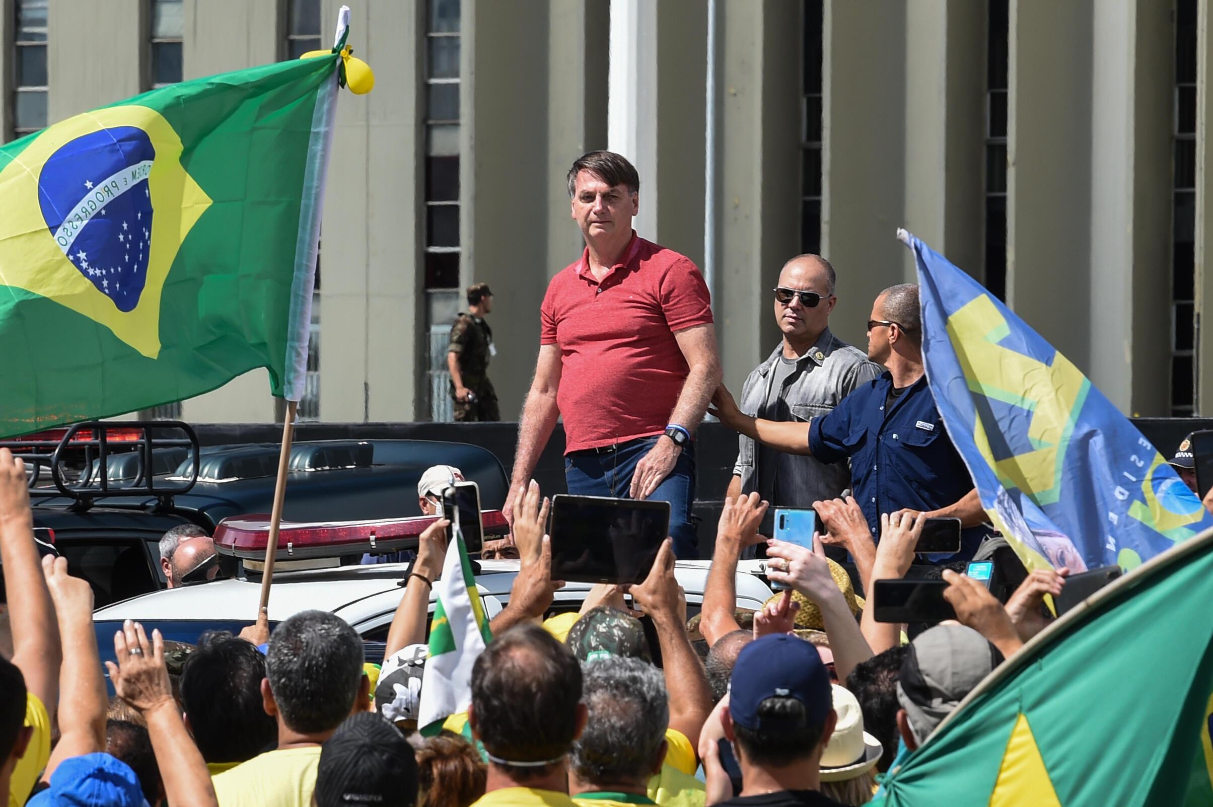 Manifestação em Brasília pela intervenção militar e a favor de Bolsonaro, que contou com a participação do presidente brasileiro, em 19 de abril de 2020.
