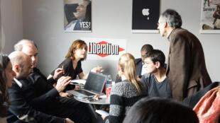 L'équipe de Charlie Hebdo, photographiée le 9 janvier 2015 dans les locaux du quotidien Libération.