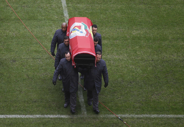 A urna de Eusébio deu uma volta ao recinto do Estádio da Luz, conforme desejo que foi expresso pelo ex-jogador da Selecção Portuguesa e do Benfica.
