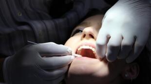 Selon l'OMS, en 2016, la moitié de la population mondiale était concernée par des problèmes dentaires.