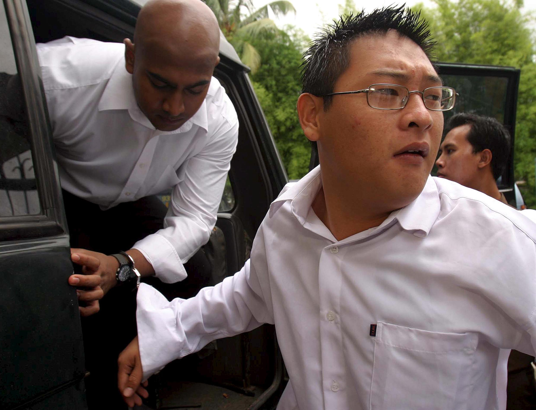 Os australianos Myuran Sukumaran (esq.) e Andrew Chan chegam para julgamento na corte de Bali