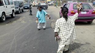 Tous les jours, des personnes de petite taille - souvent acteurs dans des films de Nollywood - tentent de vendre des DVD pour survivre dans les rues de Lagos.