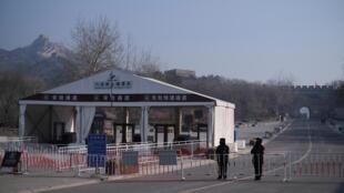 北京八达岭景区设置路障。