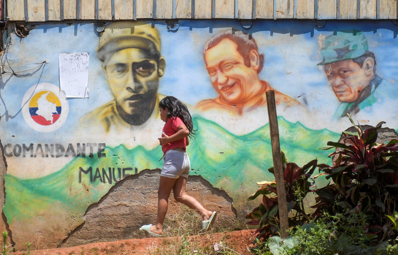Vista de un mural que representa al ex líder de la guerrilla de las FARC-EP, Marulanda, en las montañas del municipio de El Patia, departamento del Cauca, Colombia, el 5 de mayo de 2021