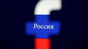 Logo Facebook trên nền cờ Nga. Ảnh chụp ngày 03/08/2018.