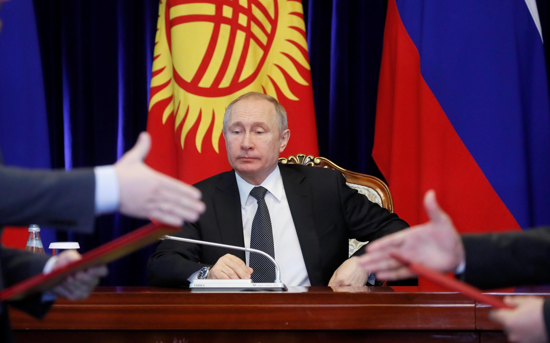 Tổng thống Nga Vladimir Putin chuẩn bị lễ ký kết sau khi gặp đồng nhiệm Sooronbay Jeenbekov ở Bishkek, Kyrgyzstan ngày 28/03/2019.