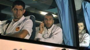 Les joueurs algériens dans leur bus à l'arrivée au Caire.