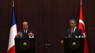 François Hollande et son homologue turc Abdullah Gül s'adressent aux médias au palais présidentiel à Ankara le 27 Janvier 2014.