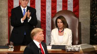 Phó tổng thống Mỹ Mike Pence (T), chủ tịch Hạ Viện Nancy Pelosi (P) và tổng thống Mỹ Donald Trump (G) dịp ông đọc thông điệp Liên bang lần thứ hai trước Quốc Hội lưỡng viện, Washington, ngày 05/02/2019.
