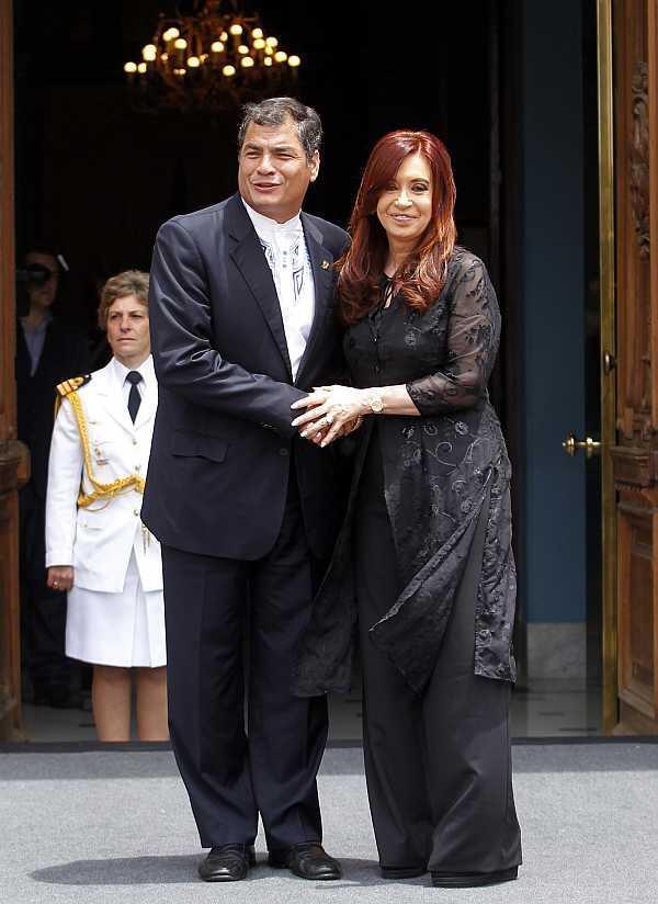 El presidente ecuatoriano Rafael Correa junto a su par argentina Cristina Fernández de Kirchner en la Casa Rosada, el 4 de diciembre de 2012.