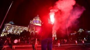 Manifestações violentas ontem em Belgrado contra reconfinamento devido a alastramento do coronavírus