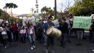 Manifestantes expresan su desacuerdo con la decisión gubernamental de explotar el yacimiento petrolífero del Yasuní, el 15 de agosto de 2013, frente al palacio Carondelet, Quito.