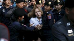 Một sinh viên Thái Lan bị cảnh sát bắt vì chỉ trích bản dự thảo Hiến Pháp của chính quyền quân sự, Bangkok ngày 27/04/2016.