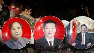 在北京人民大会堂附近商店出售的毛泽东和习近平的纪念章
