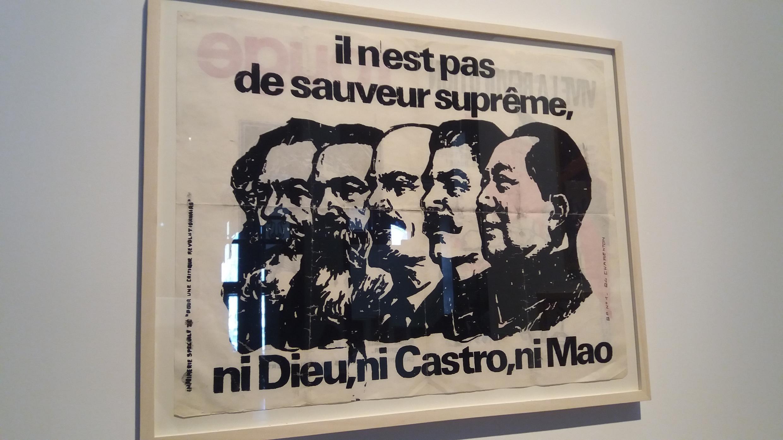 Плакат «Никто не даст нам избавленья, / Ни Бог, ни Кастро, ни Мао» на выставке Images en lutte в Париже