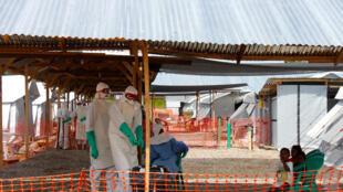 Centro de tratamento de ebola em Kenema, Serra Leoa.