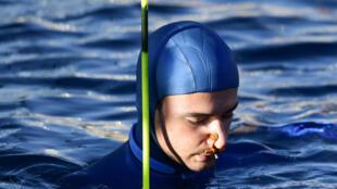 Arnaud Jérald en pleine concentration avant une plongée en profondeur, à Villefranche-sur-Mer, le 13 septembre 2019