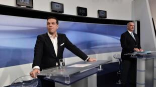 Alexis Tsipras, du mouvement Syriza, et Vangelis Meimarakis, de Nouvelle Démocratie, en 2015 à la télévision pour un débat dans le cadre des législatives.