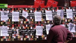 Un passant regarde les affiches qui appellent à rejoindre la Laïque Pride.