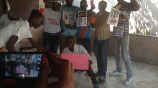 Wanaharakati wa vuguvugu la Filimbi wakijiandaa kuandamana mjini Kinshasa, Oktoba 29.