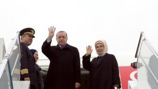 Le président turc Tayyip Recep Erdogan et son épouse au moment de leur départ pour la Tanzanie, première étape d'une tournée en Afrique de l'Est, en janvier 2017. (Photo d'illustration)