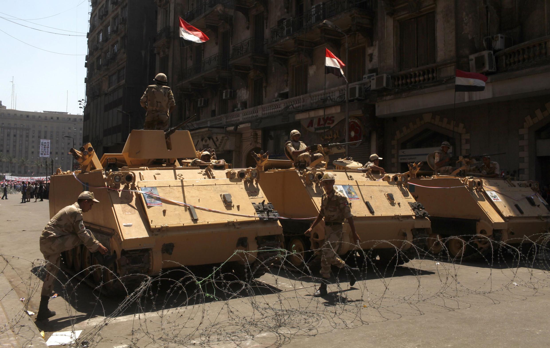 Xe tăng quân đội Ai Cập đậu gần quảng trường Tahrir, Cairo ngày 26/07/2013.