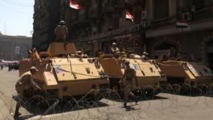 Des soldats égyptiens en stationnement à proximité de la place Tahrir, au Caire, le 26 juillet 2013.