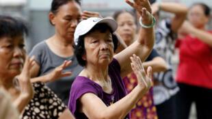 Người cao tuổi tập thể dục bên hồ Hoàn Kiếm, Hà Nội, Việt Nam, ngày 19/09/2017.